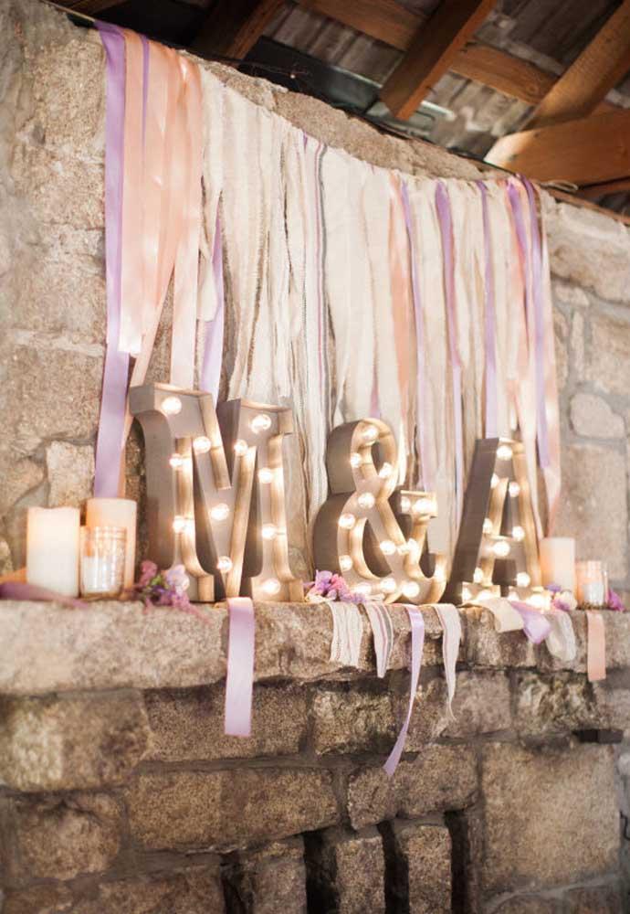 Os cenários feitos com pedras também podem ser excelentes opções para quem deseja ter um casamento rústico.