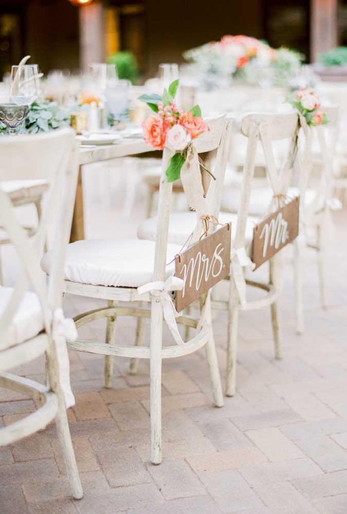 Os noivos devem ter as cadeiras reservadas só para eles na hora de jantar com os convidados.