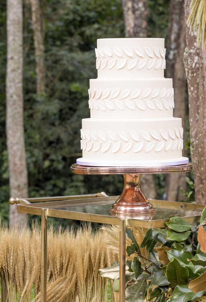 Na decoração rústica, geralmente, a preferência é por itens mais simples como é o caso do bolo que não precisa de exageros para ficar bonito.