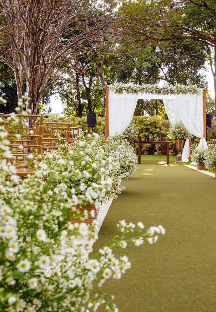As flores do campo costumam ser usadas para fazer a decoração de um casamento rústico.