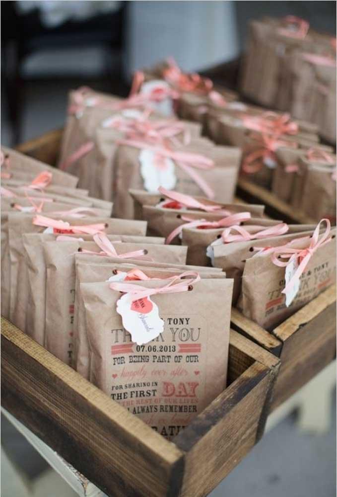 Coloque as lembrancinhas em saquinhos feitos de papel reciclado. Personalize com os detalhes do casamento.