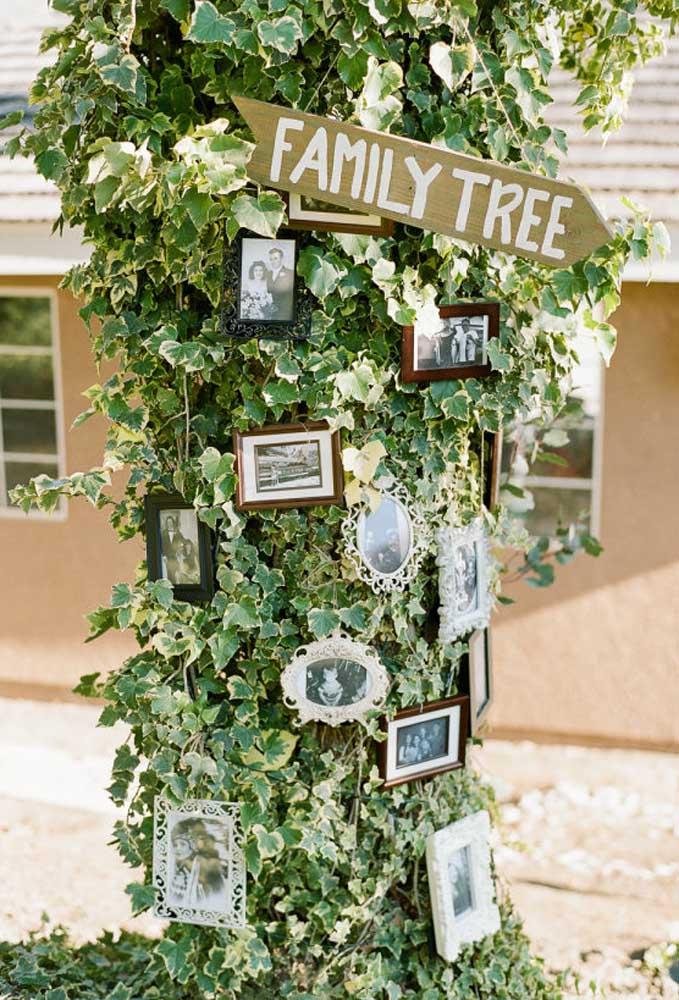 Que tal preparar a árvore da família dos noivos? Faça uma árvore artificial e pendure alguns quadros com fotos dos principais parentes da noiva e do noivo.