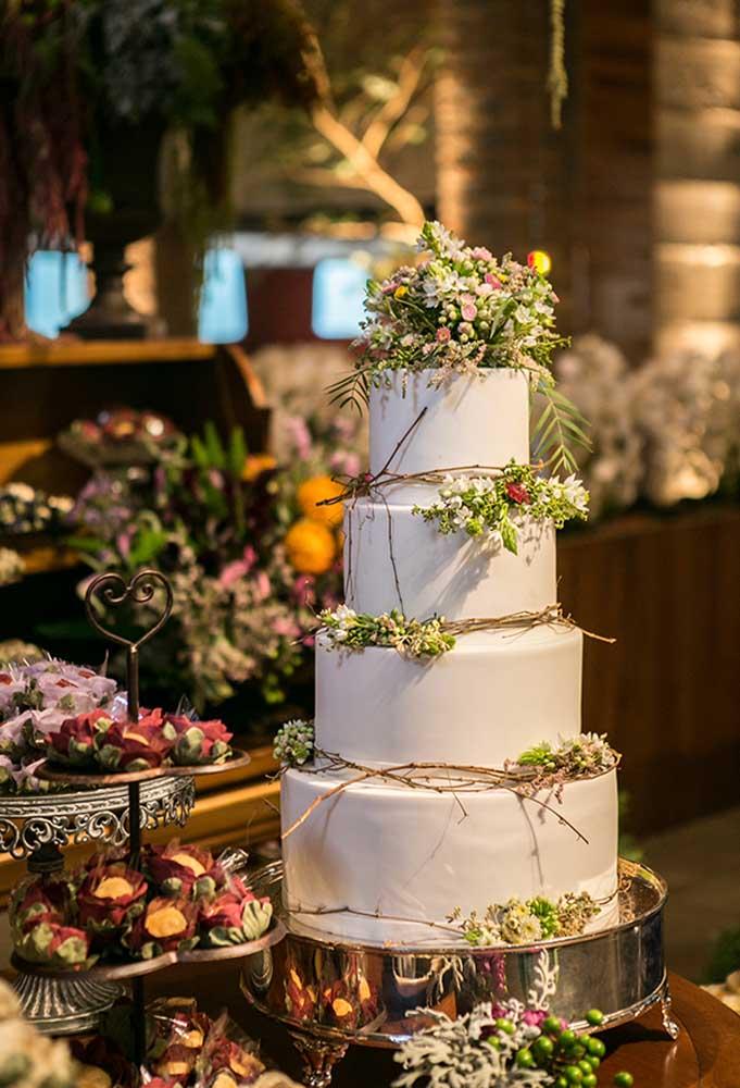 O bolo de casamento fica mais bonito se for de andares. Mas no estilo rústico, decore apenas com flores.