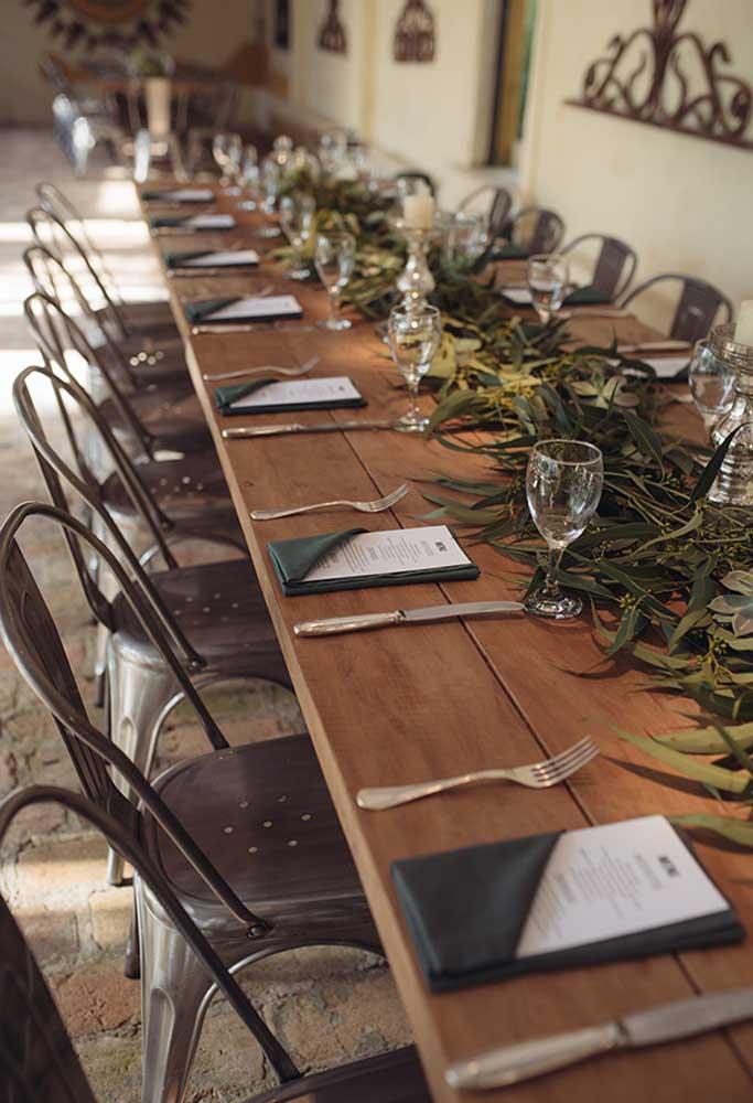 Use mesas grandes de madeira e apenas decore com folhas.