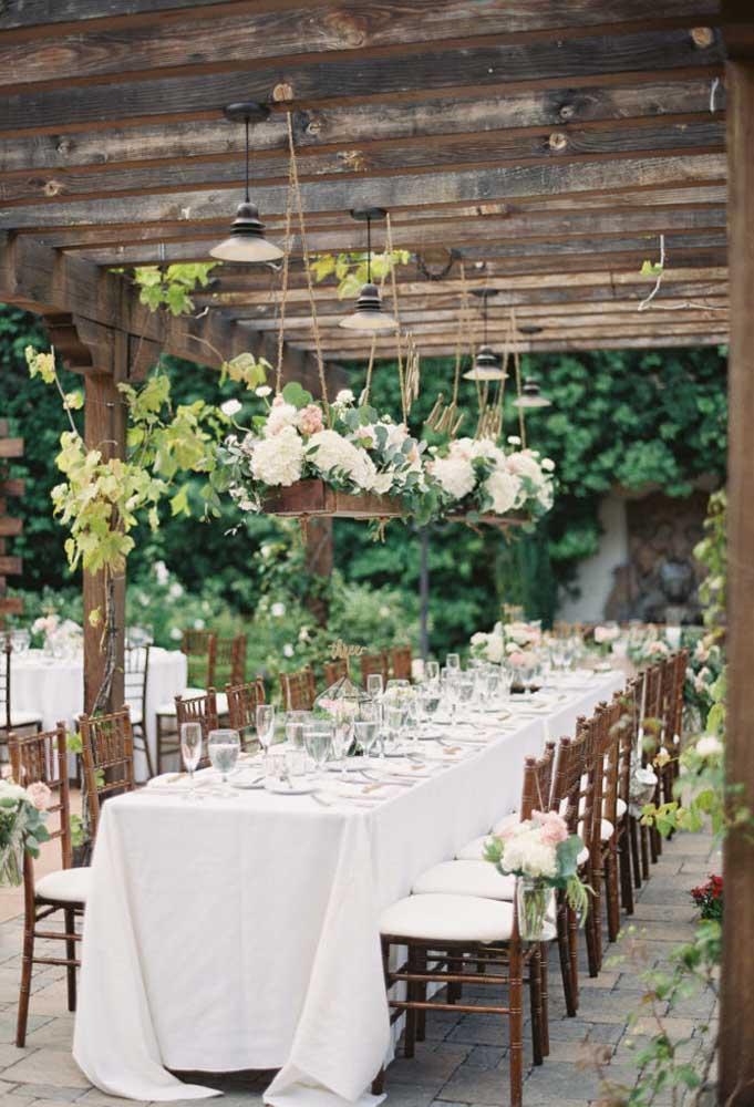 Fazer um casamento em um ambiente todo feito de madeira é um charme só.