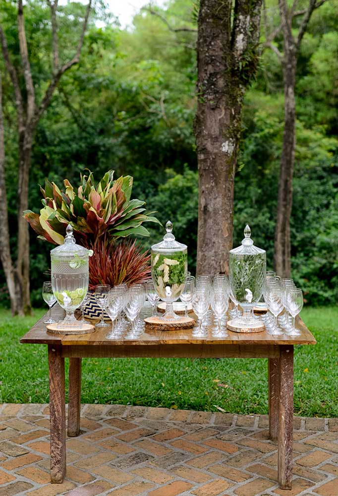 Use uma mesa antiga para colocar as bebidas refrescantes para os convidados se servirem.