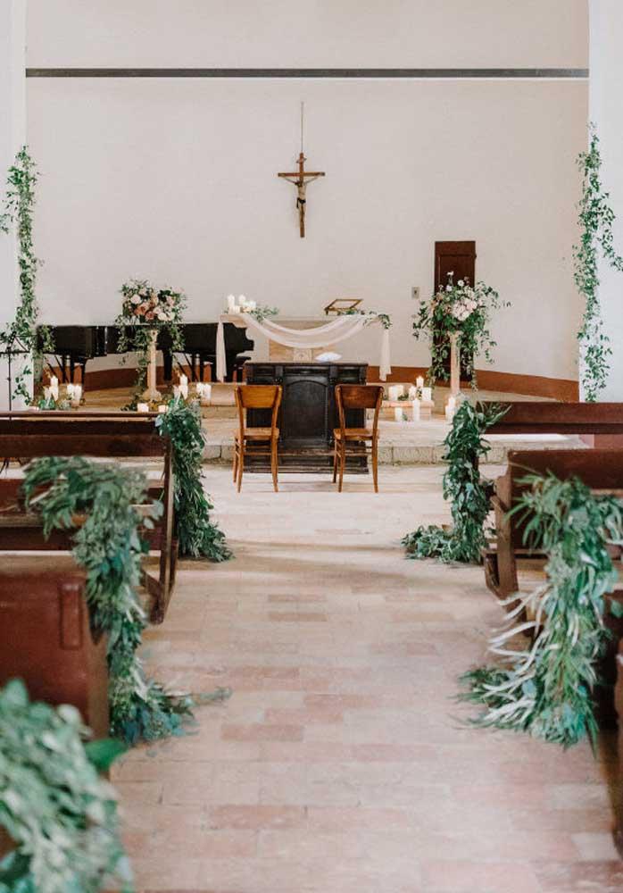 Ao invés de usar arranjos de flores, você pode apenas decorar a igreja com folhas.