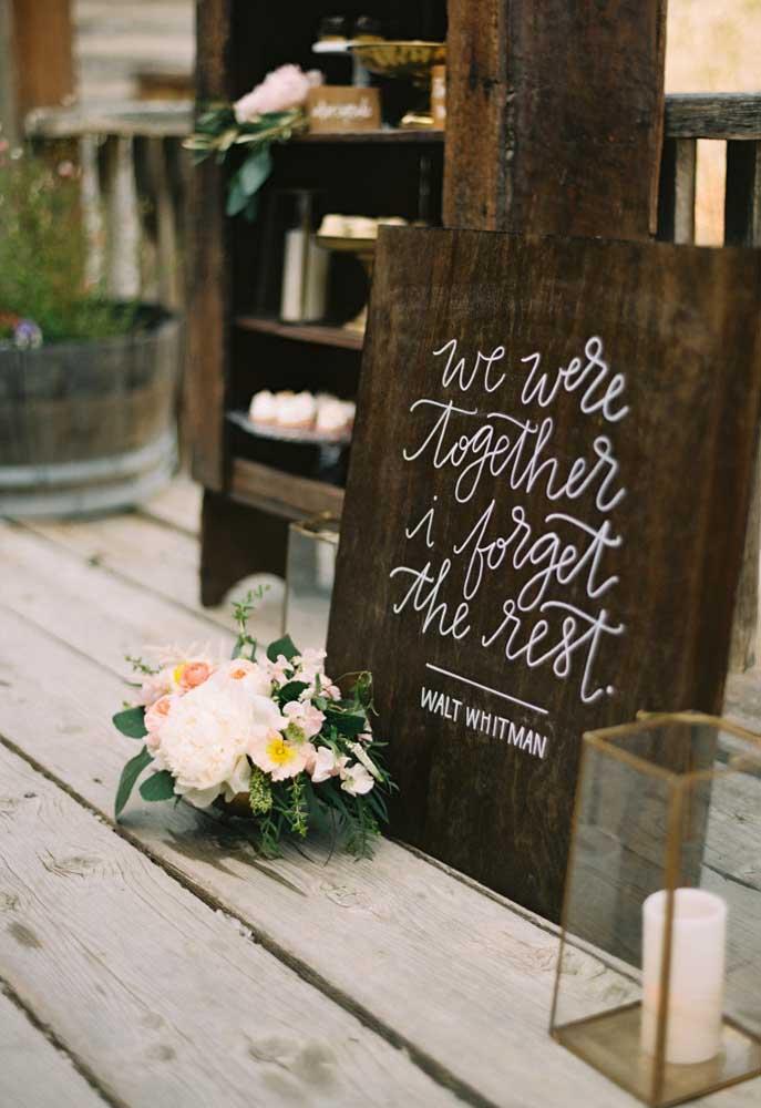 Prepare alguns quadros de madeira com frases românticas e coloque em alguns ambientes da festa.