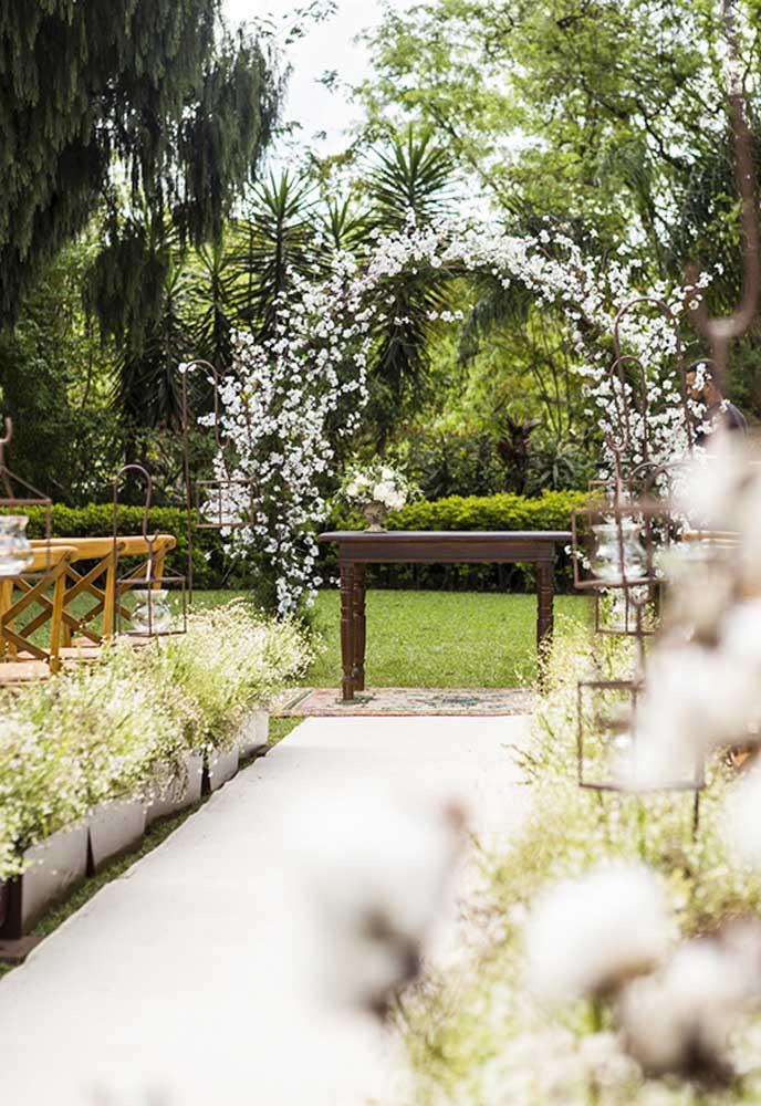 Se a cerimônia for ao ar livre, nada melhor do que preparar um arco com flores.