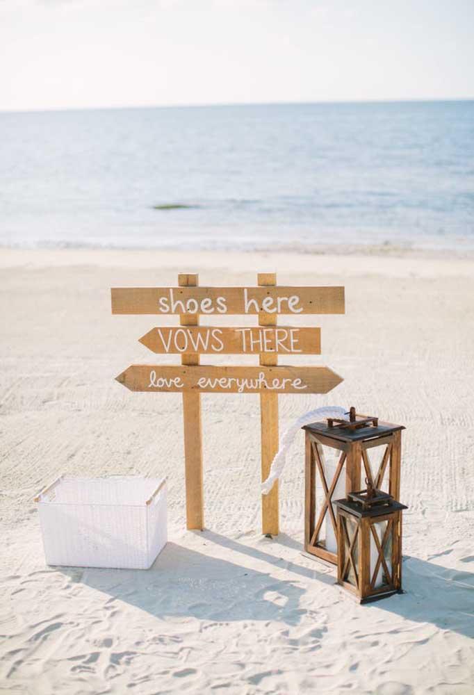 Placas feitas com madeiras são muito bem vindas na decoração do casamento na praia;