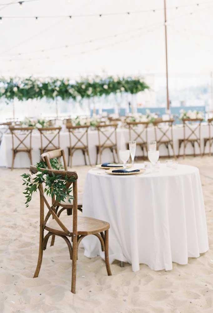 No verdadeiro estilo pé na areia, organize as mesas dos convidados. Para decorar, prefira algo simples como um arranjo feito de folhas.