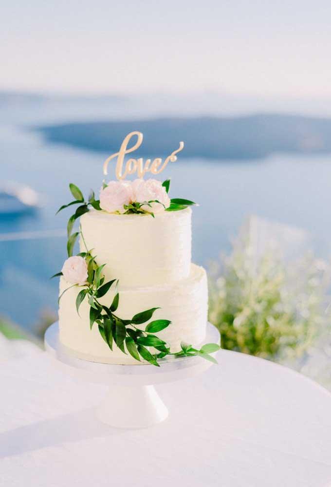 """No casamento na praia a frase """"menos é mais"""" é a mais usada para fazer a decoração do ambiente."""
