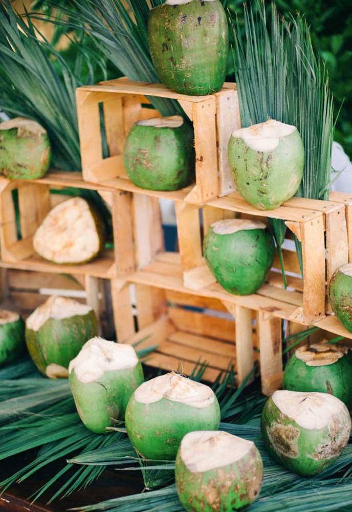 Uma boa opção de bebida para servir no casamento na praia é a água de coco, mas inove e sirva diretamente no coco natural.