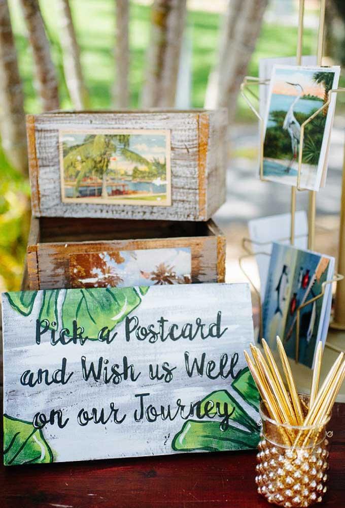 Quem não gosta de receber lindas mensagens dos amigos? No casamento na praia, uma ideia criativa é usar cartões-postais para os amigos desejarem boas vibrações.