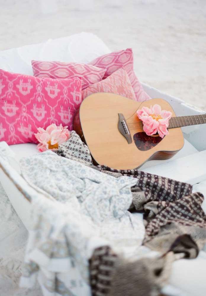 Quando o casamento na praia é algo mais intimista com familiares e amigos mais próximos, dá para pedir uma canja para alguém tocar um violão e cantar.