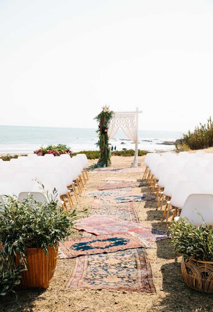 Troque o tapete vermelho da passagem da noiva por tapetes com estampas diferenciadas, combinando mais com o estilo da festa.