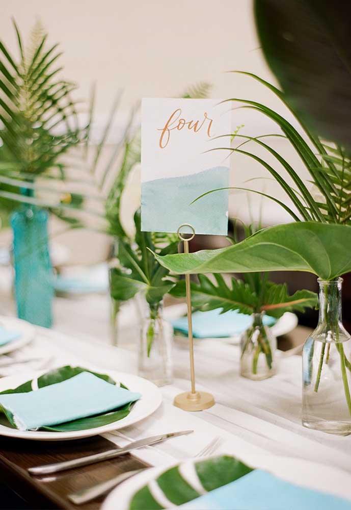 Para não causar confusão entre os convidados e os organizadores da festa, prefira identificar todas as mesas. Por isso, use placas em cima de cada mesa.