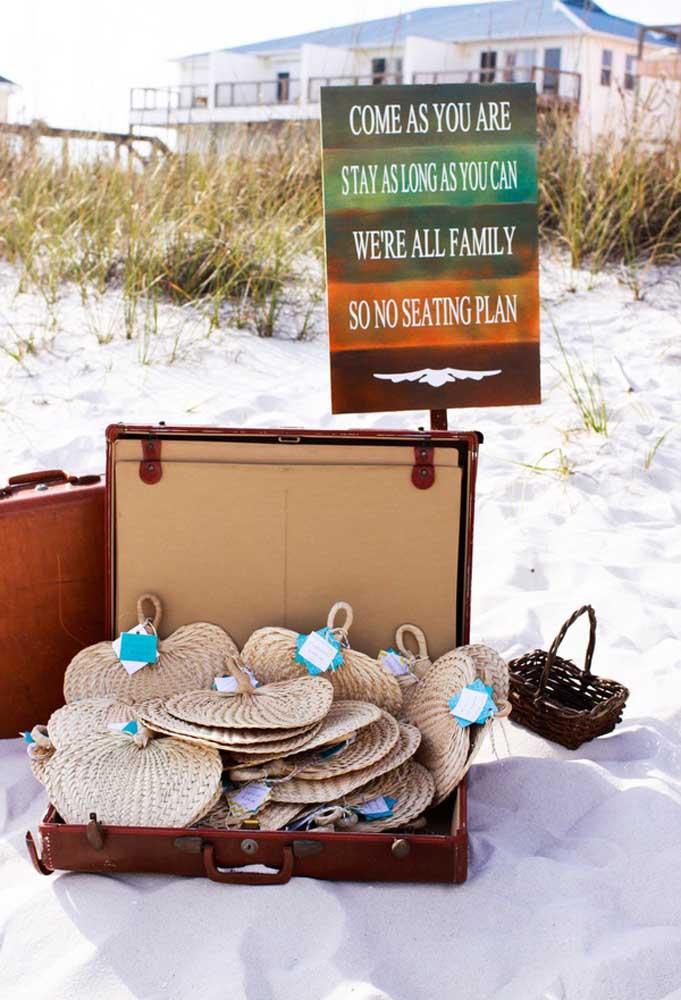 Casar na praia é maravilhoso, mas faz um calor enorme. Nesse caso, o mais indicado é oferecer aos convidados leques ou outros objetos que possam ajudar a refrescar.