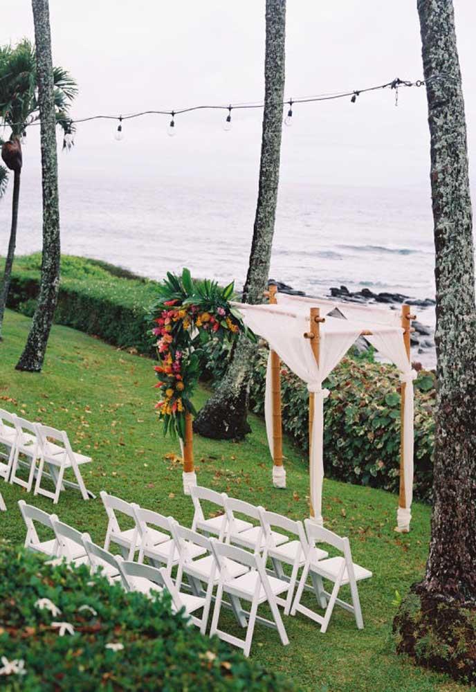 Olha como ficou lindo esse altar decorado com canos, tecidos e arranjos de flores.