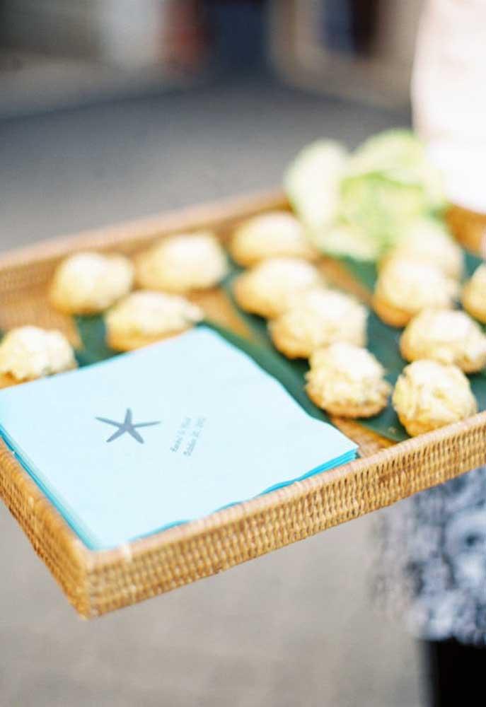 Durante a cerimônia de casamento sirva alguns petiscos para os convidados, de preferência em guardanapos personalizados.
