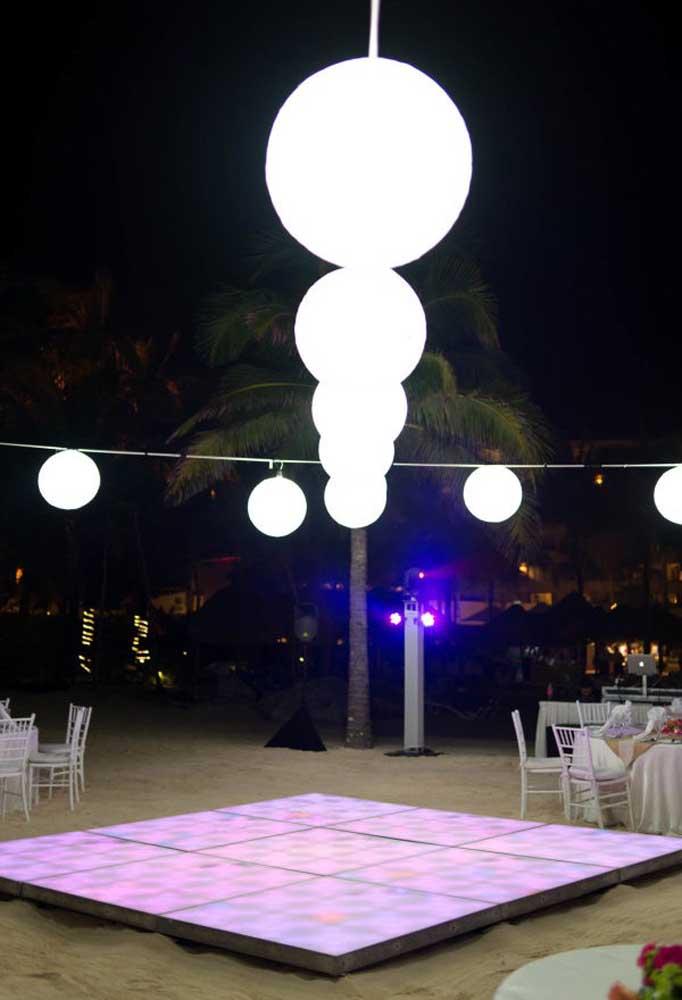 Se o evento é noturno, é preciso ter cuidado com a iluminação para não ficar um ambiente muito escuro.