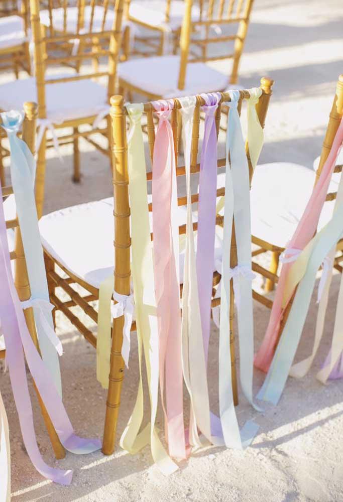 Que tal decorar as cadeiras com fitas coloridas? Fica mais divertido e combina muito bem com o estilo praiano.