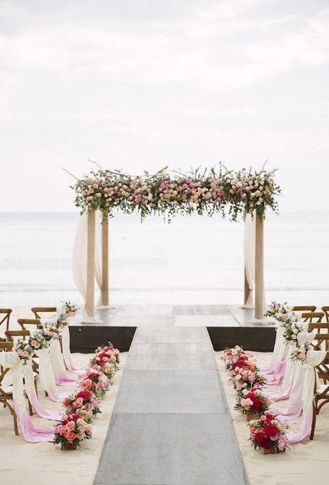 Se você quer fazer um casamento mais estiloso e de alto nível, use e abuse dos arranjos florais no corredor da passagem da noiva e no altar.