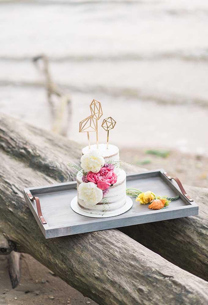 A decoração do bolo do casamento na praia deve ser bem simples. O mais indicado é usar algumas flores.