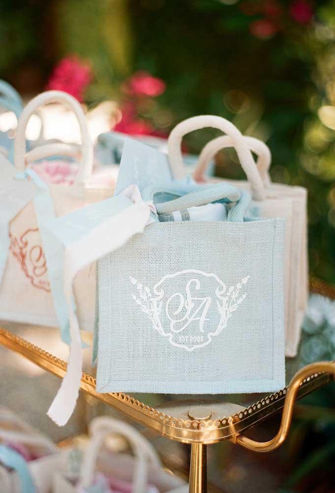 Sacolas personalizadas com o brasão dos noivos é uma ótima opção para colocar as lembrancinhas do casamento.