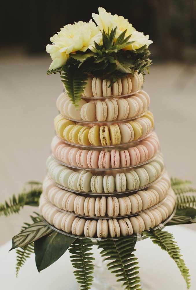 Já pensou em formar um bolo com vários macarons? Essa é a proposta dessa decoração.