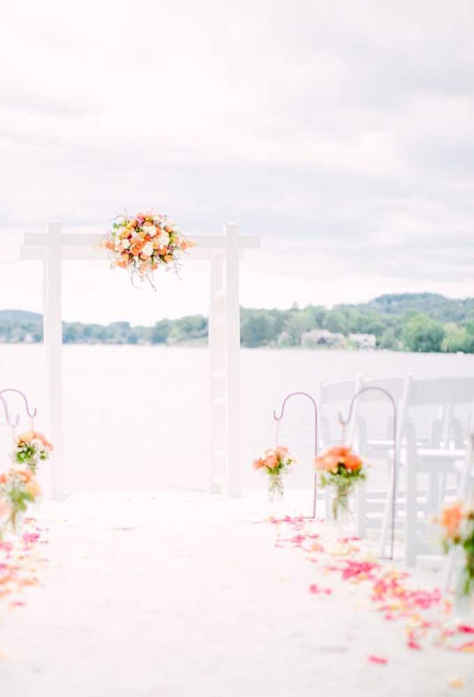 O branco total fica perfeito para celebrar a união dos noivos. Para deixar o ambiente com o clima da praia, faça alguns arranjos de flores.