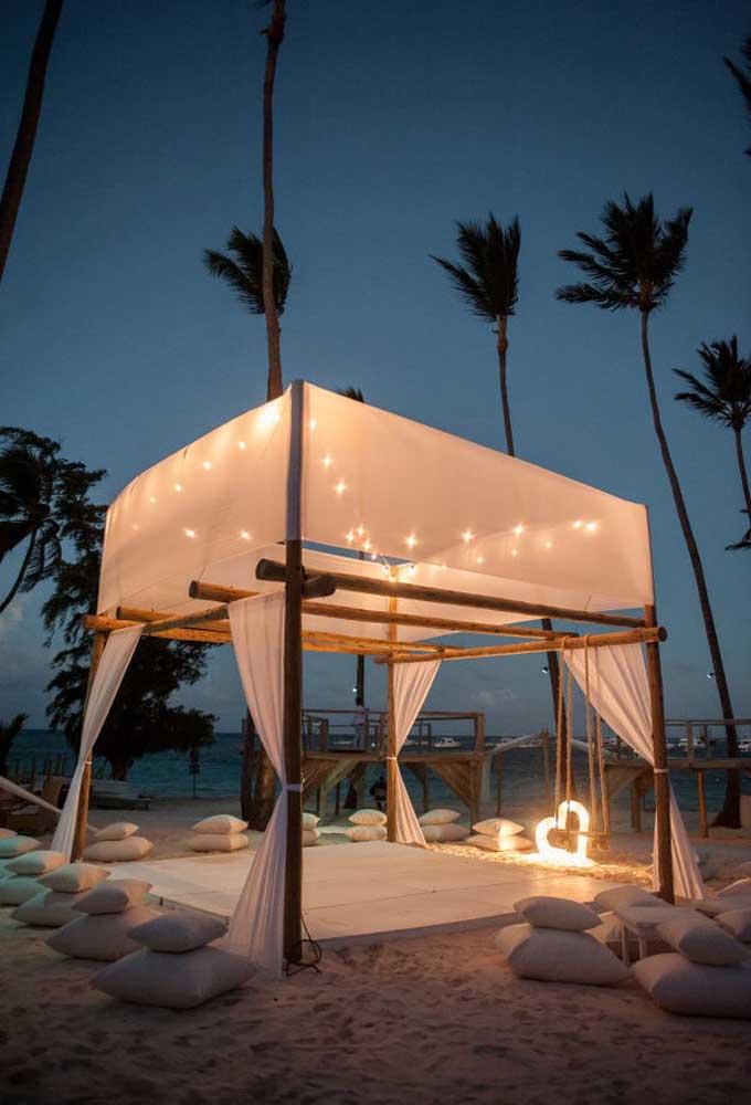 Que tal montar uma tenda aconchegante para seus convidados relaxarem ou apenas dançar a noite toda?