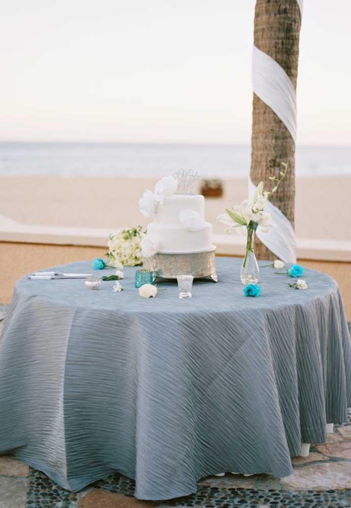 """A mesa do bolo não precisa ter uma decoração exagerada. Nessa hora, o """"menos será sempre mais""""."""