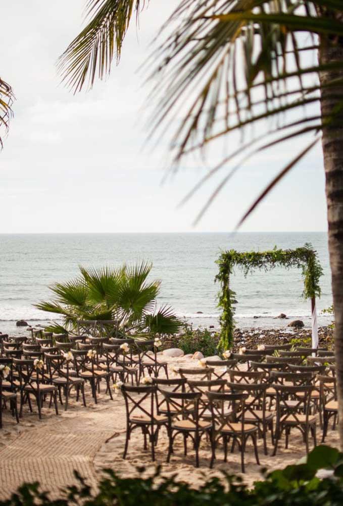 Para seguir uma decoração mais rústica no casamento na praia, prefira usar cadeiras de madeira.