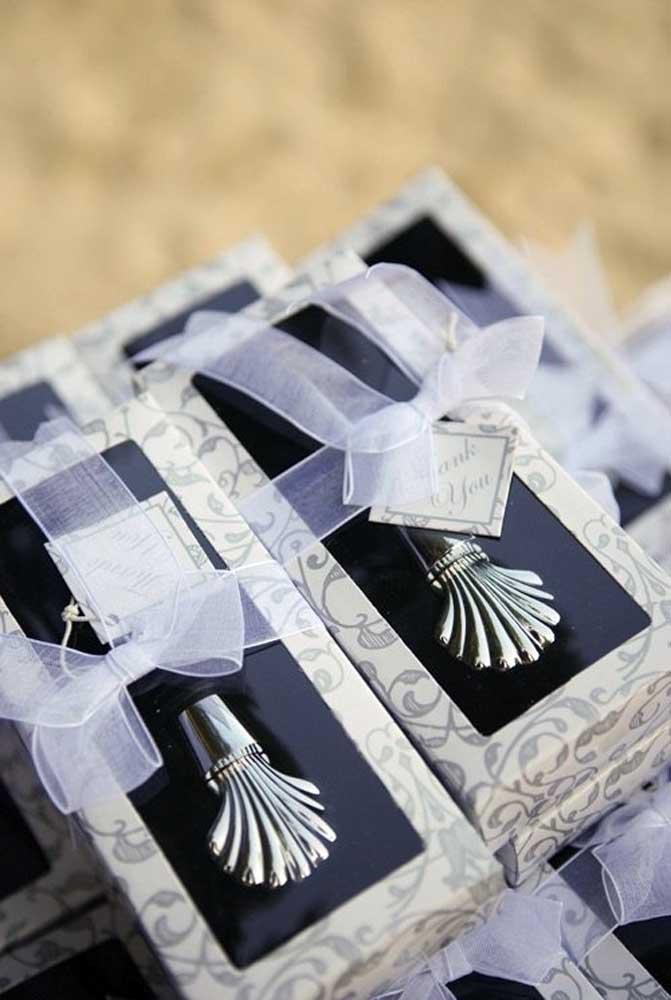 Se o orçamento permitir, capriche na escolha das lembrancinhas. Entregue lindos mimos para os convidados.