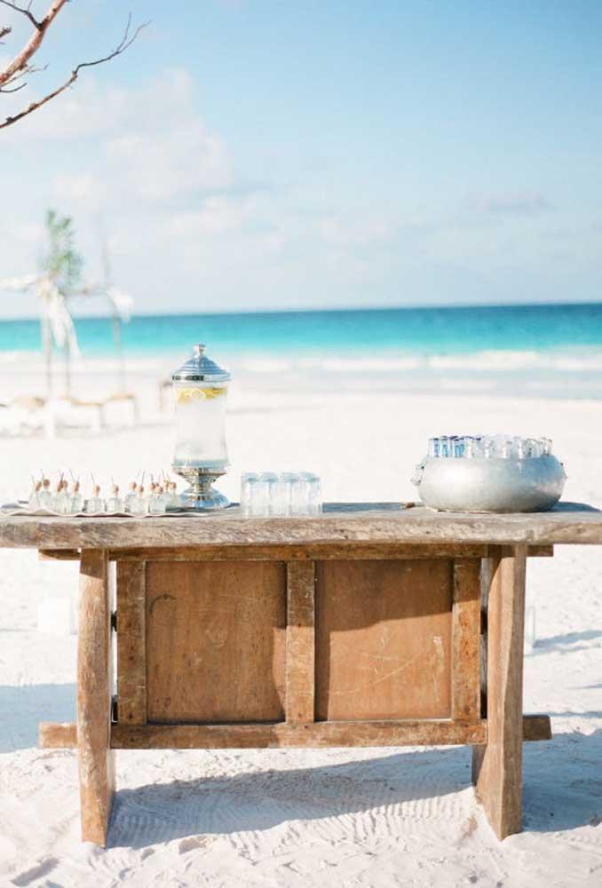 Aquela mesa antiga que você nem usa mais pode ficar ótima para colocar as bebidas da festa.