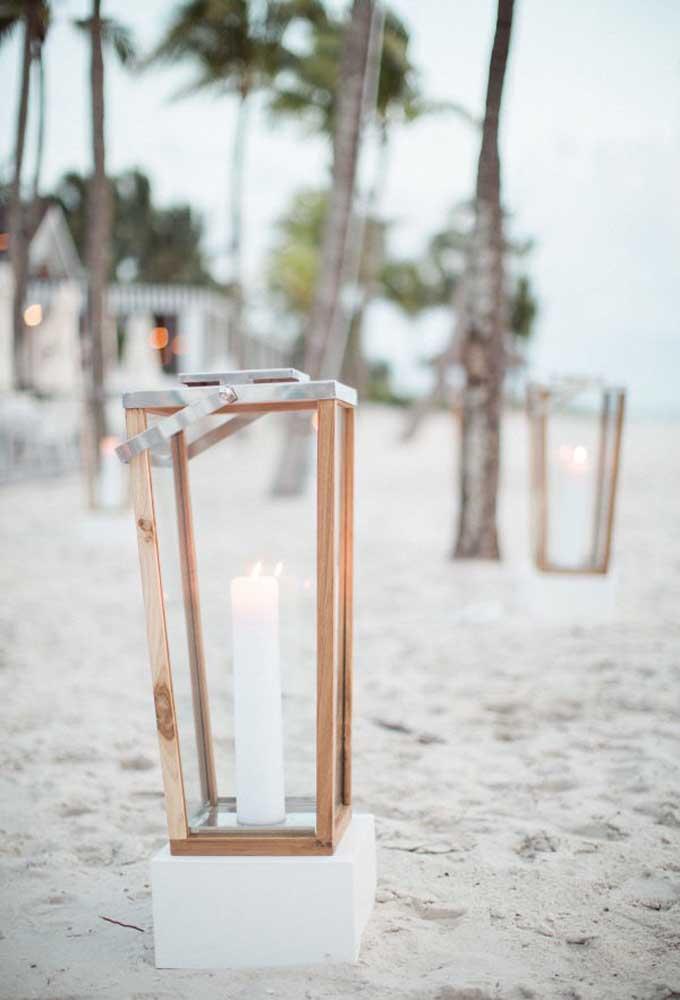 Olha que ideia original e criativa para iluminar todo o cenário da cerimônia de casamento na praia.
