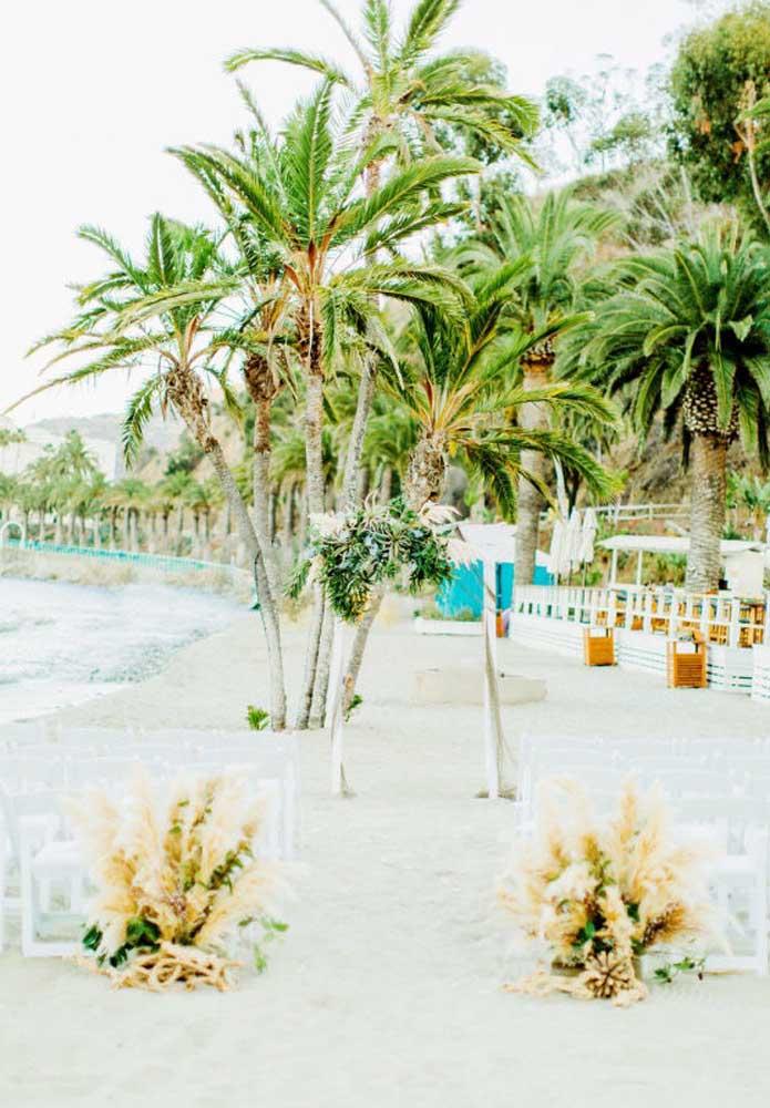Se a cerimônia do casamento na praia for algo mais íntimo, faça uma decoração simples e aconchegante.