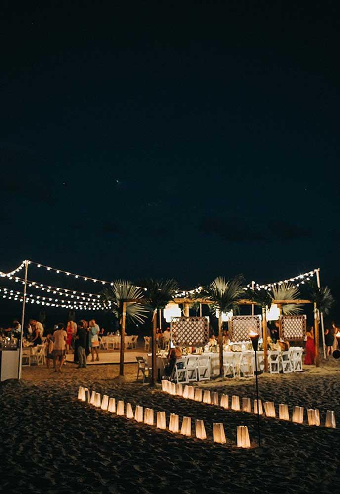 Mas se a festa vai virar a noite, capriche na iluminação do local. Pendure muitas luzes e coloque algumas luminárias na areia.