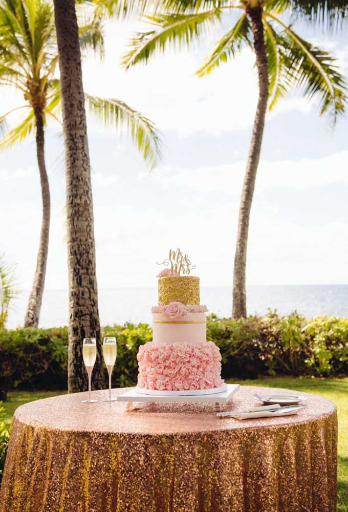 Apesar do casamento na praia ter uma decoração mais simples, você pode caprichar na hora de fazer o bolo. Nesse caso, foi usado um bolo de três andares com formatos diferentes de camadas para chamar atenção.
