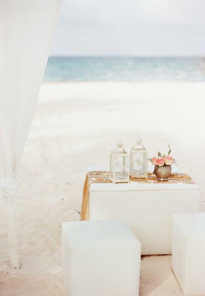 Todo o cenário do casamento na praia deve ser decorado com elementos que fazem referência ao tema.
