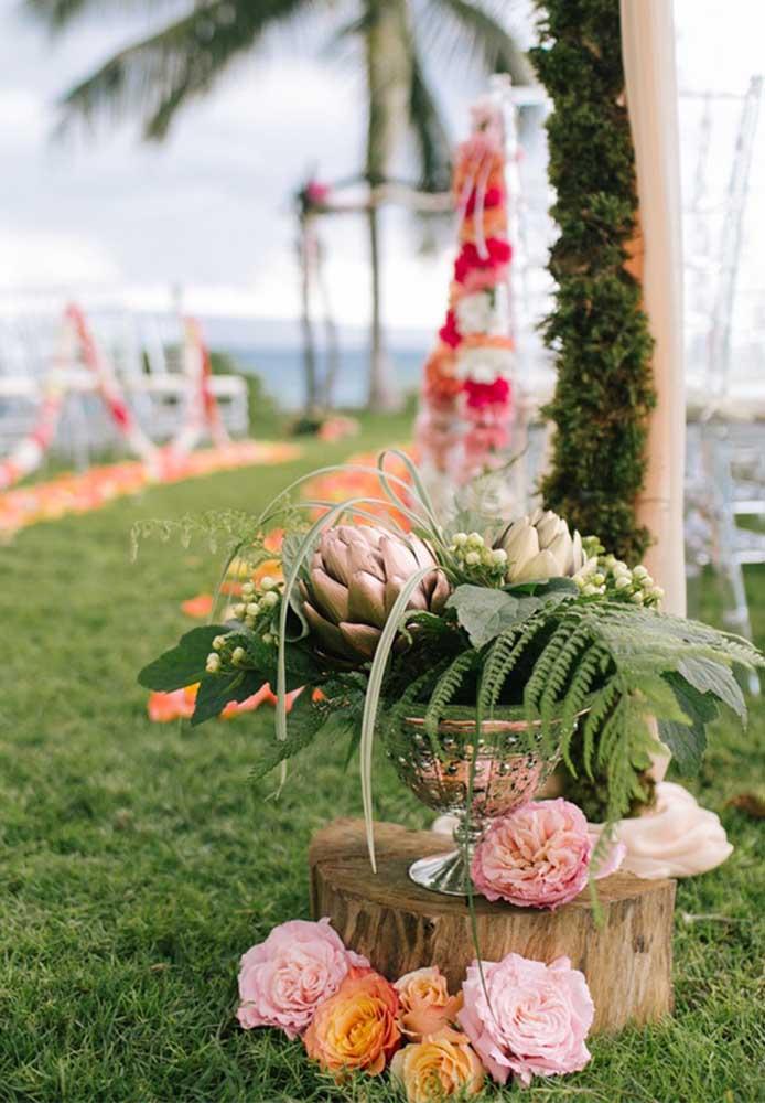Os arranjos com flores, folhas e plantas são os mais usados na hora de fazer uma decoração de casamento na praia.