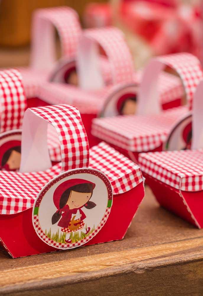 Se o tema da festa é Chapeuzinho Vermelho, não há nada melhor do que oferecer aos convidados cestinhas com guloseimas como lembrancinha.