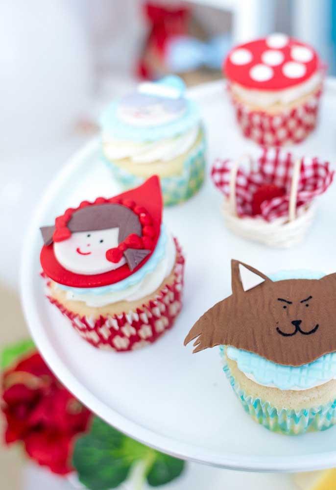 Use a criatividade para decorar o cupcake de acordo com o tema.
