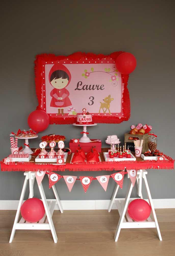 A cor vermelha faz parte da paleta de cores da Chapeuzinho Vermelho e você pode usá-la para preparar toda a decoração da festa.