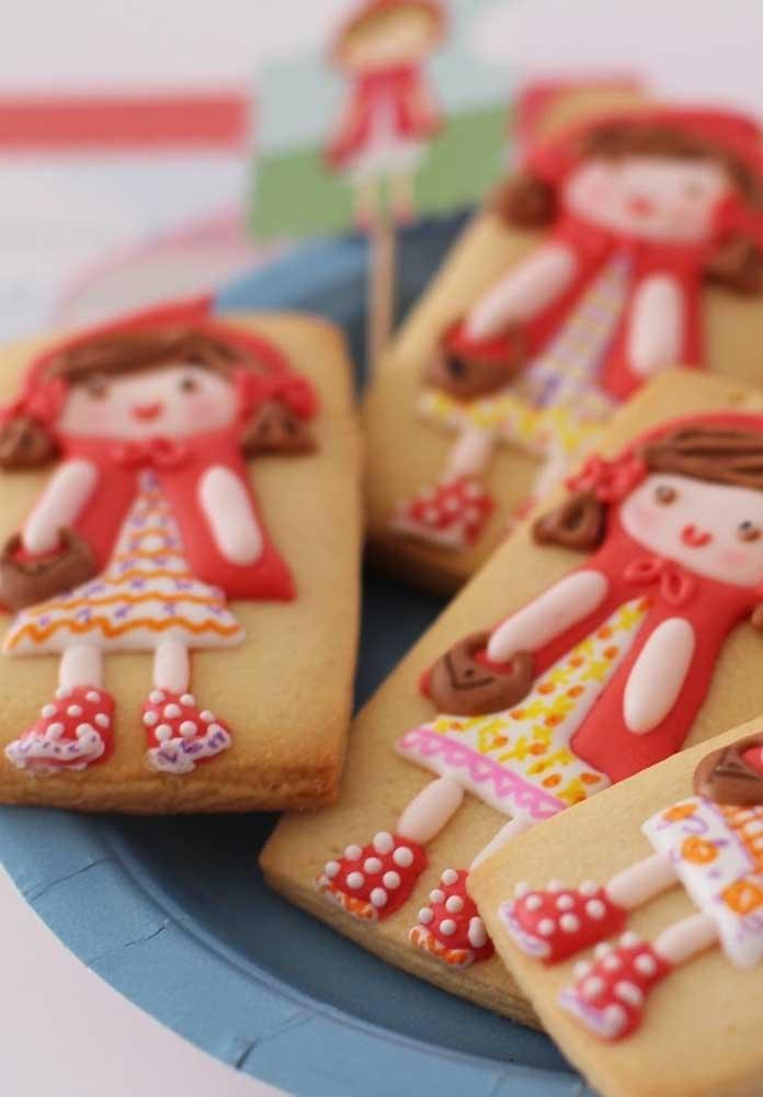 Com biscuit ou pasta americana você consegue fazer a Chapeuzinho Vermelho em cima de biscoitos.