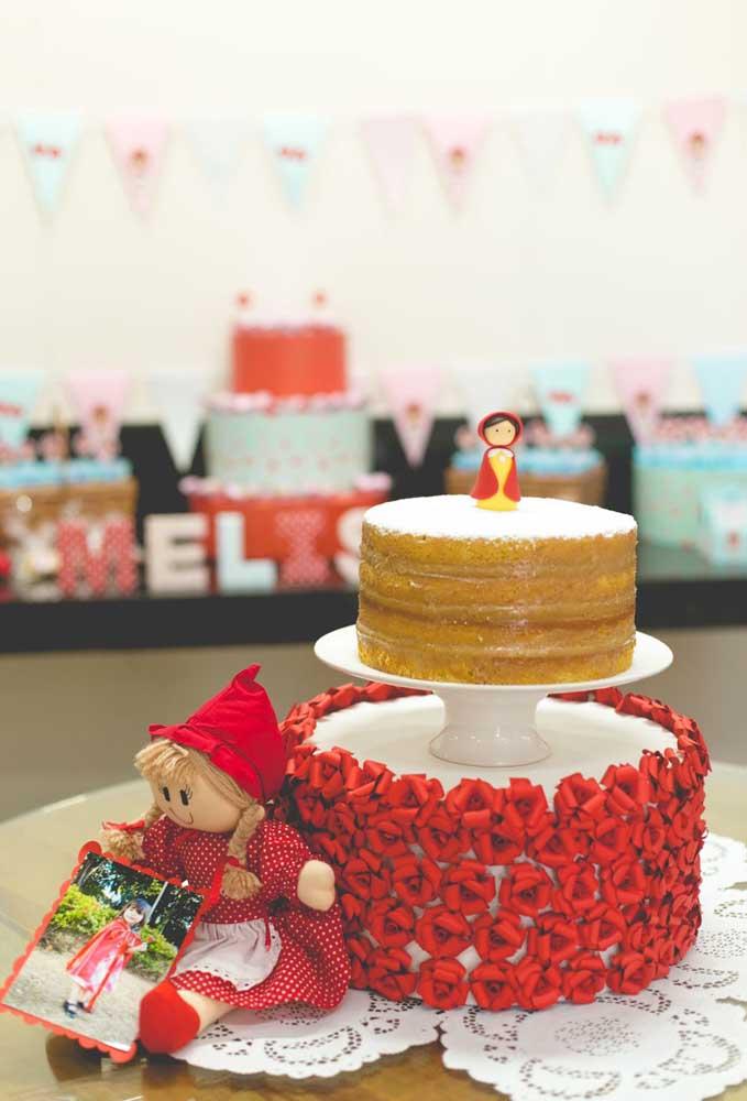 Você pode fazer um bolo comum e apenas caprichar na decoração da base do bolo.
