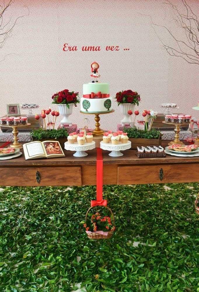 Que tal preparar um lindo jardim para receber a mesa principal da festa com o tema Chapeuzinho Vermelho?