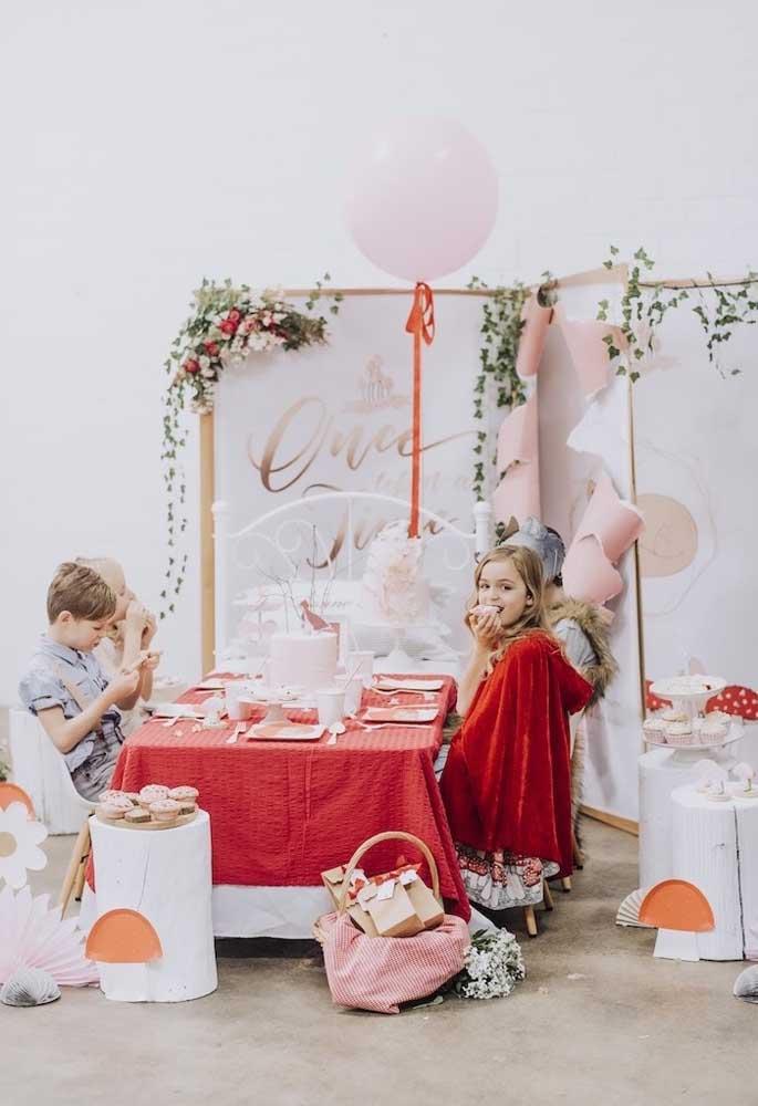 O tema Chapeuzinho Vermelho permite usar a criatividade para preparar os mais diferentes ambientes na hora de fazer a decoração da festa.