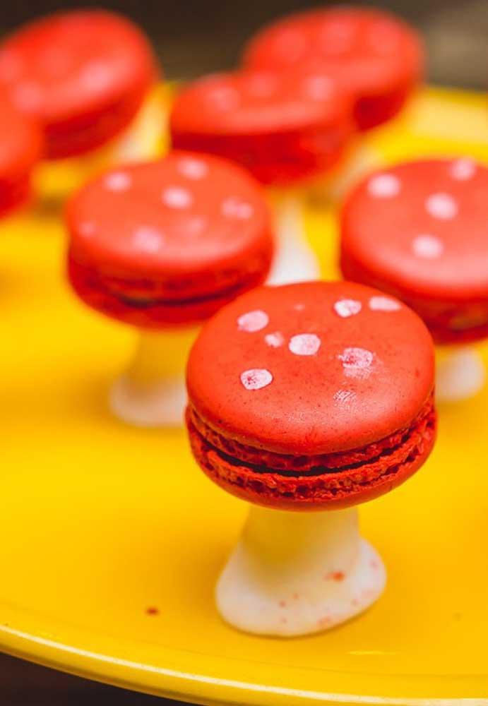 Use o macaron vermelho como se fosse cogumelo. Uma excelente opção de decoração comestível.